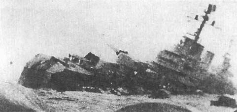 """крейсер """"Генерал Бельграно"""", тонущий с оторванной носовой частью. 2 мая 1982 года."""